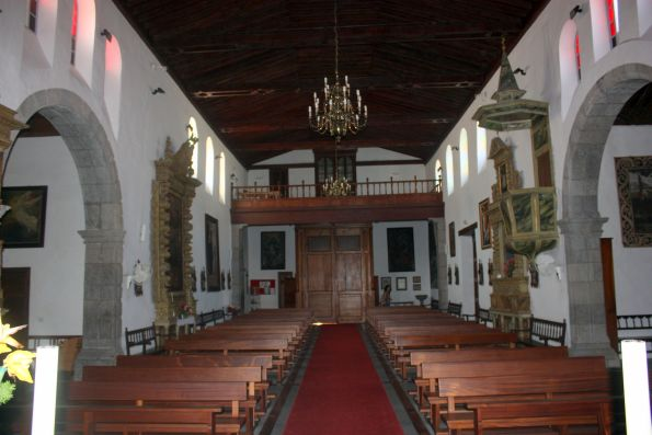3-Nave Iglesia de la Luz interior with graceful arches and woodwork.