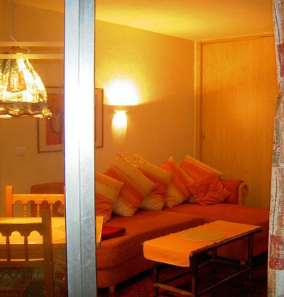 El apartamento iluminada en la noche
