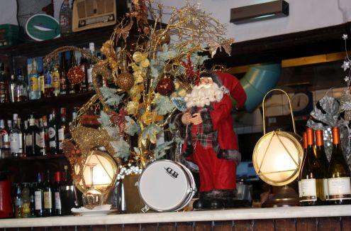 Barcounter Christmas decoration of vintage flair.