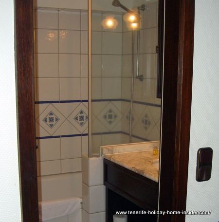 Bath ensuite with shower at Hotel Victoria La Orotava.