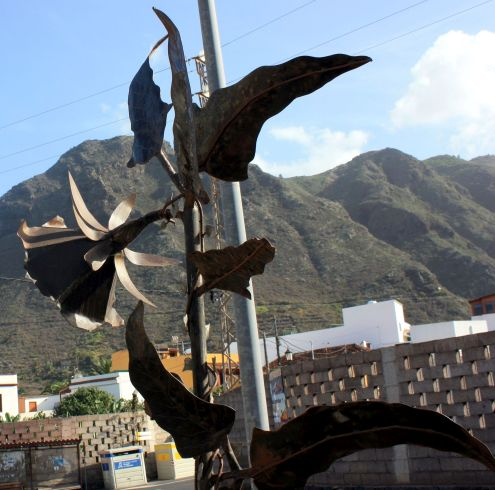 Cabeza de Gallo flower monument alias Canarina with Monte Agua in its background.