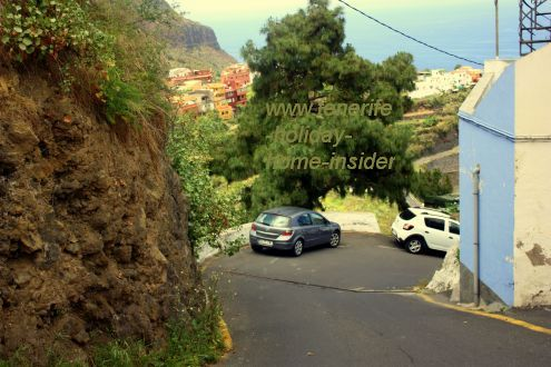 Calle Toscas del Romero Mocan from El Horno on the downward slope by a bent above a steep gorge.