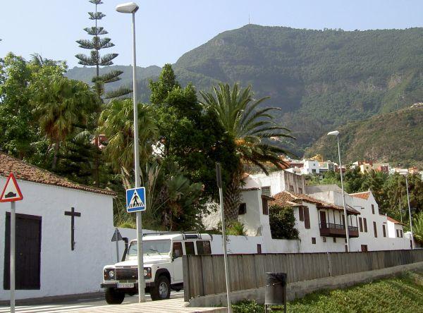 Road Camino Icod el Alto the town of Potato history. It takes you past the long  building of Hacienda de Los Principes