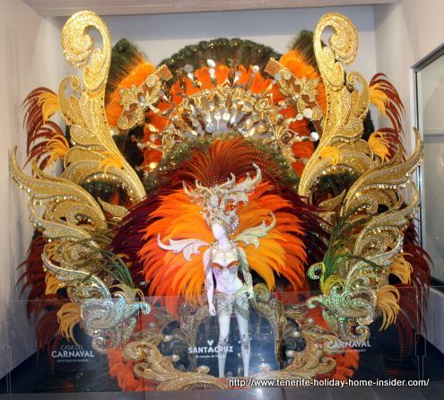 Carnival design with originally more than 10000 feathers for the 2017 Carnival Queen dress and decoration by Gorge González Santana - Here the museum reproduction.
