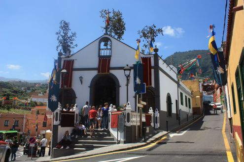 Chapel Calle del Medio Arriba with people competing by its entrance to see the cross decoration.