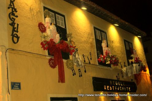 Christmas window decorations of Tenerife El Regulo Restaurant of 2017-2018 by night photography
