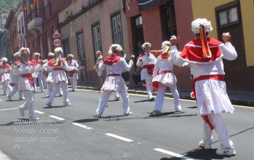 El Hierro Sabinosa folk dancers in Calle Medio del Arriba.