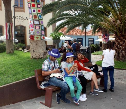 Family with blue hats of the Mueca on La Plazeta