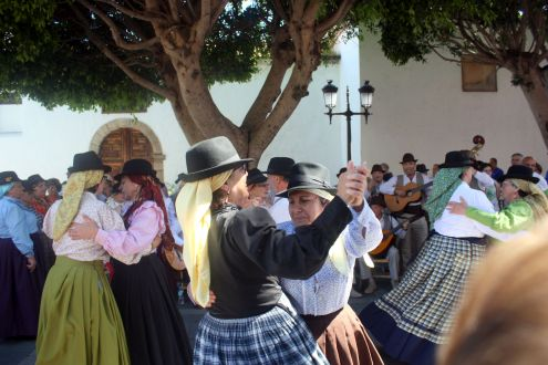 Folk dance Tenerife professionals with the proper attire of Los Realejos and/or Icod El Alto.