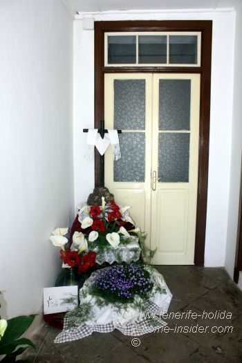 House entrance cross decoration in C/Medio Arriba.
