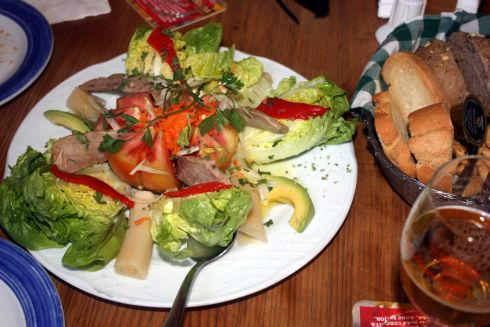 House salad usually called salad of the house with fresh Tuna fish.