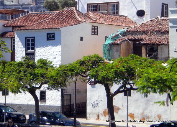 La Noria backside seen from Calle Afilarmonica Nifu Nifa where it faces the Museum Museo de la Naturaleza y del Hombre.