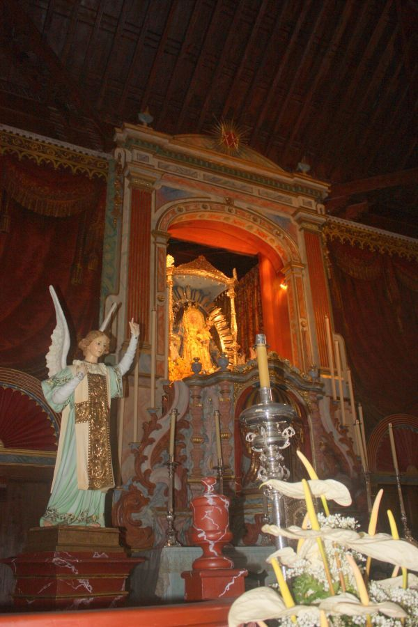 Main altar of Iglesia de la Luz with a most beautiful Madonna in its center