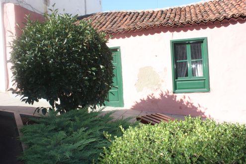 Modern landscaping by Canarian house in Avda.3 de Mayo of Realejo
