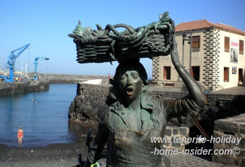 Muelle Puerto de la Cruz with a superb fishwife sculpture and Casa de la Aduana in the background