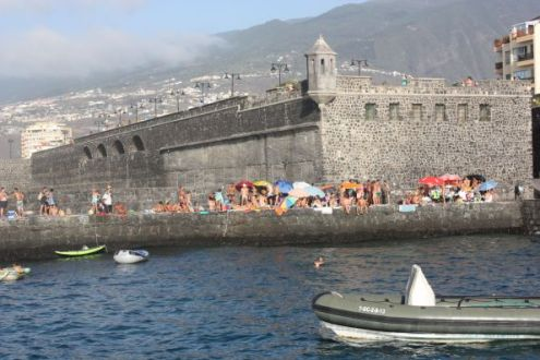 Muelle Puerto de la Cruz with the gigantic old fort a stark contrast to the idyllic bay where it is.