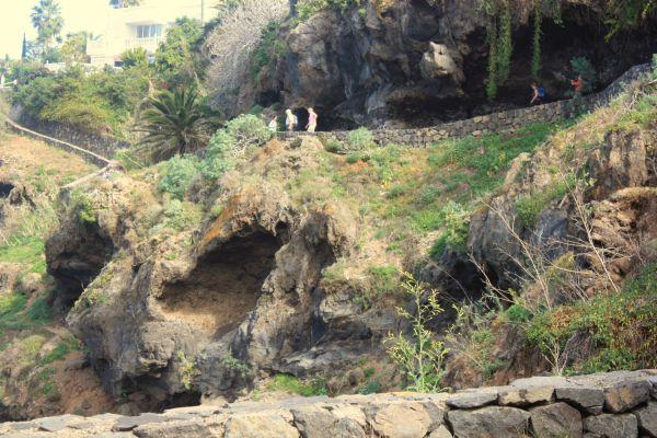 Nature below la Romantica-1 and walkers below cave outcrops above it.