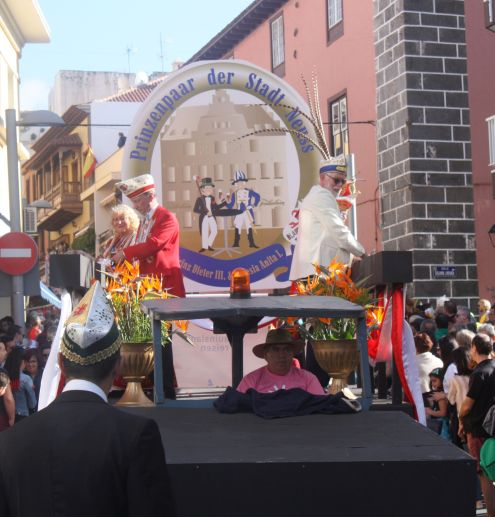 Neuss Karneval in Puerto de la Cruz 2017 with its float. Elderly Prinzenpaar distributes candies to the public below.