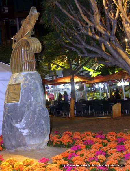 Noche an Blanco Plenilunio by Plaza Alfarez Provisional with a Total Clearance sign by Restaurante El Aguila on April 23 of 2016 in the Tenerife capital.