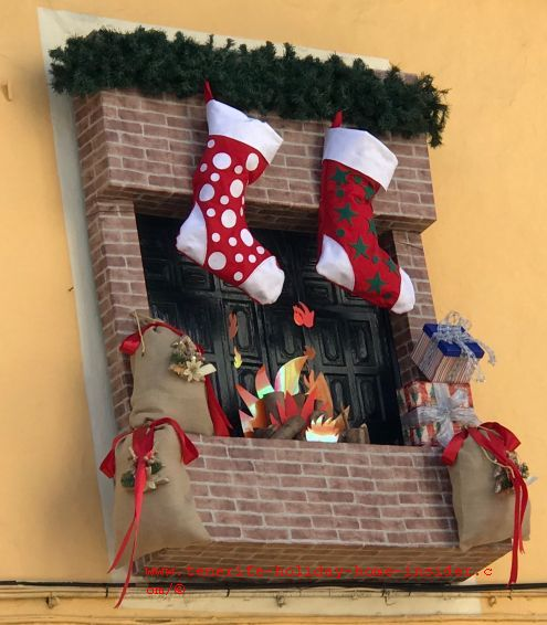 Outside Christmas decoration theme by Restaurante El Regulo windows in 2018 and 2019