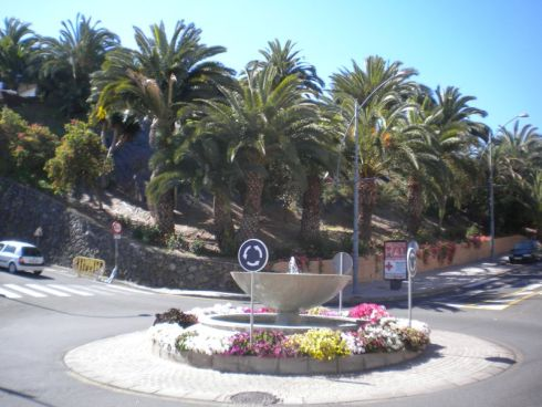 Realejos fountain traffic circle half way up Avda.Canarias with park behind at Radio Realejos traffic circle