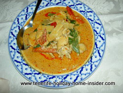 Red chicken curry with green peppers