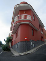 Red corner house in San Juan de la Rambla