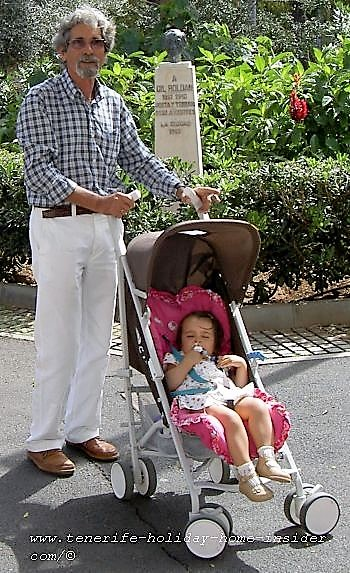 Retiree at Parque Garcia Sanabria with a toddler