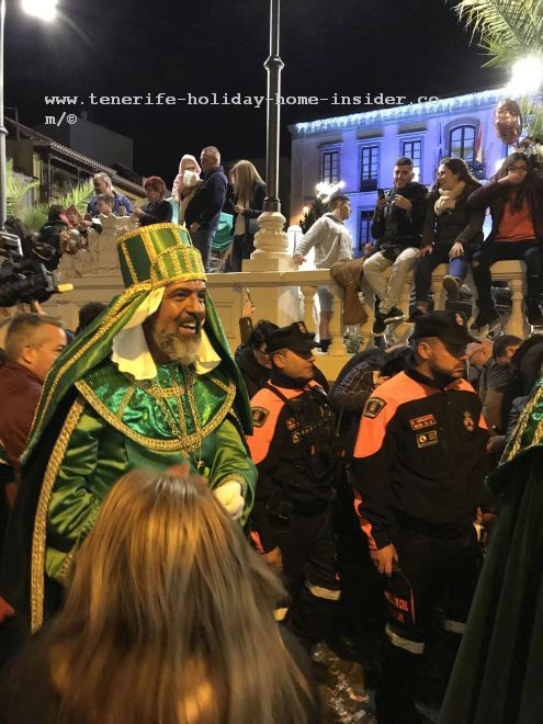 Reyes Magos Tenerife La Orotava in 2019 where a Magi is on foot and almost mixes with the crowds