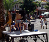 Table dancers in Toscal Longuera  in swimming trunks at 27 degrees Celsius.