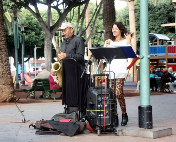 Tenerife entertainment adhoc event street music for free with Lena Prieto and José