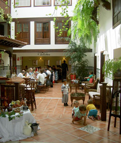 Tenerife hotel Hotel Rural Victoria with children playing inside