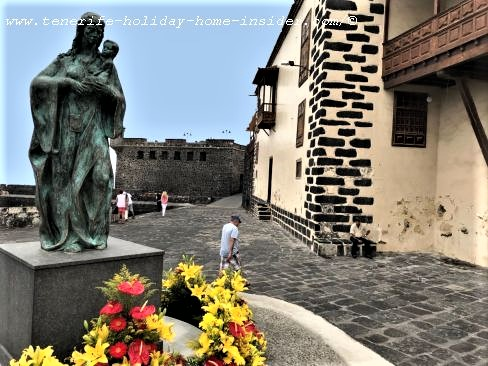 Tenerife tours free town tour through Puerto de la Cruz streets from the depicted meeting point at the Carmen statue by the little harbor