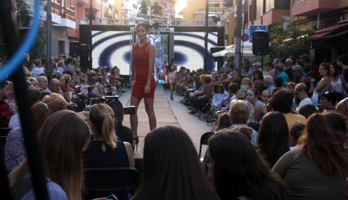 The little Red dress Tenerife 2016 street show Realejos Toscal.