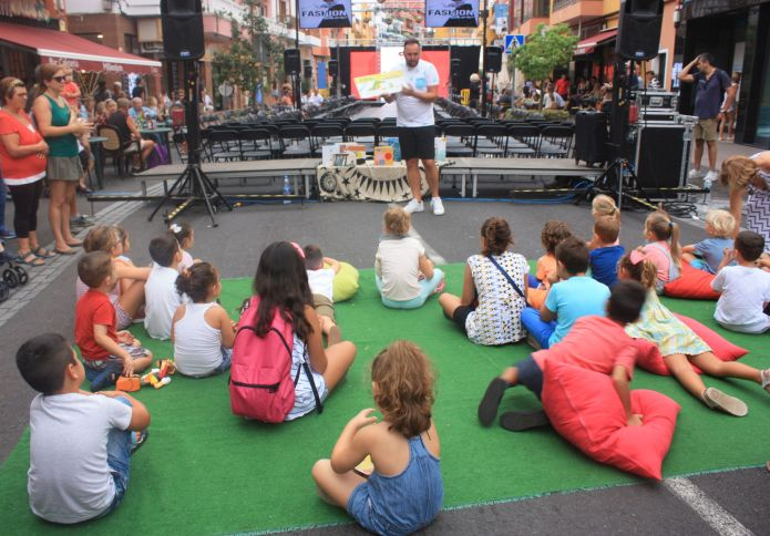 The storyteller Cuentacuentos  entertains schoolchildren in 2017 during the street festival of La Longuera.