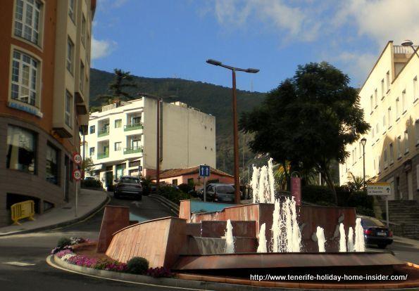 Traffic circle by the Ayuntamiento with  water fountain where Avenida Tres de Mayo and Avenida de Canarias meet.