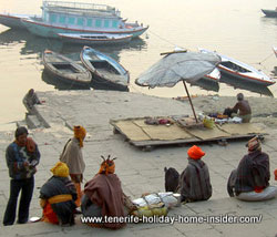 Travel resources by river boats on the Ganges