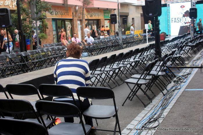 Waiting for the street fashion show La Longuera 2017.