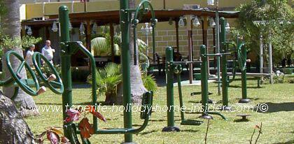 Aerobics equipment equipo de gym en el jardin del apartamento