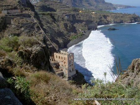 The ruin la Gordejuela above la Fajana beach