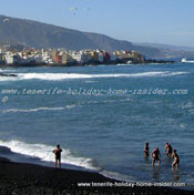 Winter holidays Puerto de la Cruz paragliders and swimming